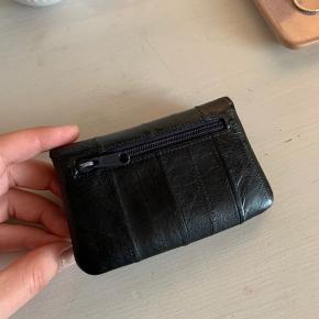 Rigtig flot pung i sort fra becksöndergaard, brugt i et år men ellers rigtig pæn uden slid.   Mål: 11,5 x 7,5 cm