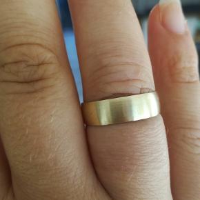 Enkel smuk og klassisk ring. Tror den er af messing Stemplet JS  Et enkelt sted med bittesmå ridser på kanten. Forsøgt afbilledet på billede 3  6 mm bred  Ø Ca 20 mm