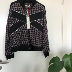 Helt ny bluse fra det populære Sofie Schnoor tracksuit. Str. S. BYD gerne.