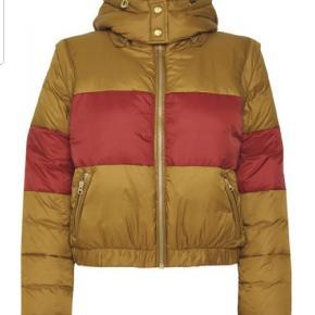 Gestuz Jose jacket str.40 Kort foret jakke med opretstående krave og aftagelig hætte. Lynlåslukning og sidelommer med lynlås. Aftagelige ærmer