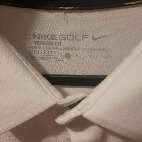 Nike golf T-shirt.  Brugt og vasket en enkelt gang.  Uden synlige brugsspor.