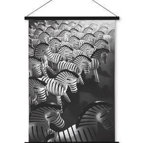 Zebra-plakat fra Kay Bojesen - helt ny og stadig i indpakning.  Måler 40x56 cm.  Nypris 500 kr - sælges for 300 kr (+ evt. fragt).  Bemærk at denne er for står til forsendelse med DAO - sender gerne med GLS i stedet :-)