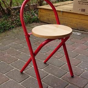 Smart lille sammenklappelig stol med lavt ryglån. God kvalitet med solidt stel og massivt sæde i træ. Vejer ikke meget, kan nemt hænges op på en knage eller stilles væk.