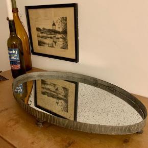 Flot gammelt antik spejl fad med patina.  Måler 6 cm høj  53cm lang  3,1cm bred