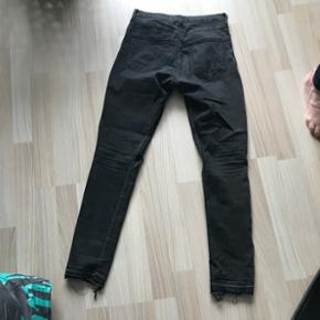 Jeans med lidt slidt look og huller ved knæene  Skinny High waist str. 38   Brugt, men stadig pæne   Byd gerne
