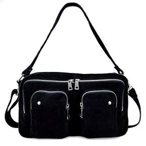 """Nunoo """"Allimakka"""" crossbody taske i sort ruskind.  Den er brugt nogle gange men har ingen skader."""