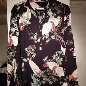 Super flot skjorte i skøn kvalitet.  Se også mine andre annoncer måske der er mere der kunne friste! Giver god mængderabat!  Super lækker skjorte Farve: Se billede Oprindelig købspris: 399 kr.