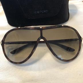 Varetype: Solbriller Størrelse: 15x6 Farve: Brun  Rigtig fin aviator solbrille fra Tom Ford.  Står som ny.  Etui medfølger Sendes med dao