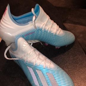 Helt nye! Butikspris: 1700 kr. Den nyeste Adidas model, lige udkommet i midt august.