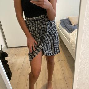 Super fin nederdel, der fremstår som ny.  Mærket i nederdelen er halv faldet af og vaske mærket er også røget af. Nederdelen selv fejler ikke noget.