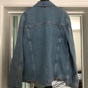 Samsøe Samsøe denimjakke Laust Jacket 8159 Color: WORN N TRASHED  Jakken er aldrig blevet brugt. Du er velkommen til at byde!