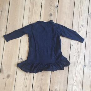 Sød kjole i navy med røde glimmer striber. Er aldrig brugt, kun vasket en enkelt gang.