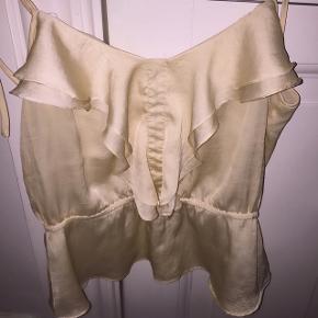 Silke lignende top fra H&M. Passes af en small/xs. Brugt få gange. Nypris: 299kr. Mp: 100kr men bare byd.