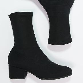 Sælger disse Vagabond Daisy Black sock støvler, da de ikke bliver brugt.   Brugt en enkel gang, fremstår derfor som nye.    Jeg bruger normalt 36-37 og det passer mig   Nypris 1000kr Boks og det hele medfølger  BYD