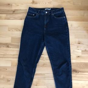 Jeg sælger disse super fede jeans fra Na-kd.  De er en str. 40  De er brugt 2 gange, så i den bedste stand!