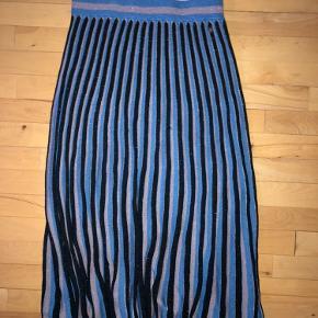 Sælger denne lange nederdel fra Nümph. Nederdelen er i fin stand uden nogle skader.  Spørg endelig, hvis I mangler viden!