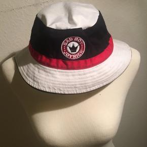 Joyrich bøllehat i rød sort og hvid. Streetwear mærke. Størrelse large.