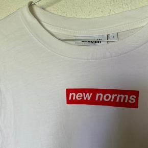 Weekday t-shirt 😊 Der er nogle MEGET små pletter på som man ikke lægger mærke til