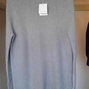 Varetype: Bluse Farve: Grå Oprindelig købspris: 600 kr. Prisen angivet er inklusiv forsendelse.  Lækker bluse fra danske Samsøe & Samsøe. Aldrig brugt.  Rigtig lækker kvalitet.  Normal størrelse large.  Købt i Magasin = 600 kr ( December 2017 )  Sendes med DAO uden omdeling. ( forsikret forsendelse )  MOBILEPAY foretrækkes.  Kan prøves /afhentes i Rødovre = 350 kr.  Prisen er fast og ikke til forhandling.