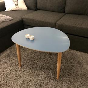 Super fint og velholdt sofabord fra Woody, lavet af egetræ.  Ny pris er 1.399,- Mål:  55 x 40 x 45 cm  Bud er velkommen :)