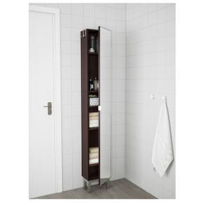 Sælger dette Lillången skab i sortbrun med spejllåge. Der er 3 hylder og væg beslag ( ingen ben). Mål:  Højde 179cm Dybde 21 cm Brede 30 cm
