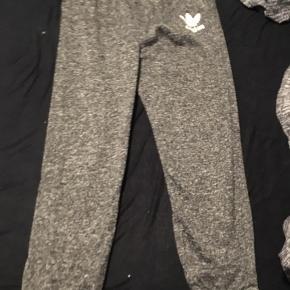 Oprydningssalg  Nye Adidas afslapningsbukser med lækkert stof, desværre for store til mig.. byd