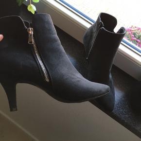 Støvler med hæl fra VRS, str 41.   Kan hentes i Ferslev, 9230 Svenstrup eller 9000 Aalborg - eller sendes på købers regning. :)