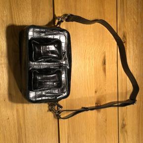 Sælger denne Núnoo taske som er i slange skind - ægte læder.  Brugt to gange ..  Intet fejl på den 😊 Skriv for mere info