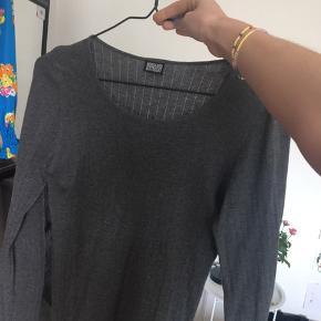 To Mads Nørgaard trøjer i grå og brun. Byd! 2 for 135 1 for 90kr