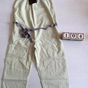 Varetype: Buksedragt Farve: Grå/gul  Rigtig fin buksedragt i grå med små gule nister og bindebånd i taljen. Fra allergivenligt hjem