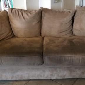 Der hører en 2 personers sofa med, der er magen til🤗 Rigtig gode og bløde, de har stået i en stue i noget tid. Har lidt slid, men ikke noget man ser så nemt. Skriv gerne for interesse