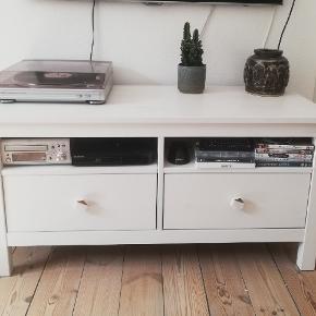 Hemnes TV bord, hvid bejse. 110cm, 47 cm, 57 cm 2. Og 3. Billede er fra IKEAs hjemmeside  OBS model som sælges er med 2 skuffer. Np 999 Bud modtages