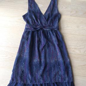Den fineste kjole, der sidder så flot og slanker str. M. Perfekt til bryllup eller sommerens fest. Er som ny.