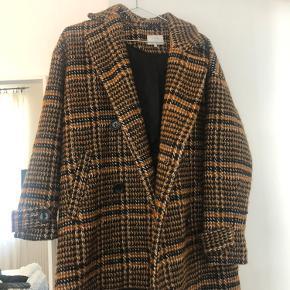 Lækker varm jakke fra Nümph i str 34. Aldrig brugt, ny pris var 1200. Et år gammelt, men ingen fejl eller slid. BYD gerne.  Dm for flere billeder.