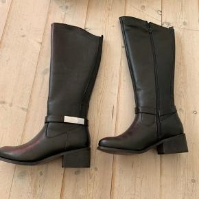 Sorte støvler til under knæerne.  Passer som str 38.