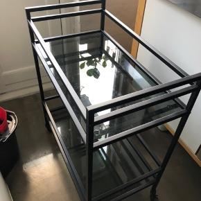 Sælger dette barbord, som er spraymalet mat sort. Det er røgfarvet glasplader i. Meget få brugsridser, dog er malingen krakeleret få steder - kan dog ikke ses tydeligt 😊 (glasplader trænger til at blide pudset - sælges pga. pladsmangel efter flytning)   Skal afhentes i Aalborg midtby.