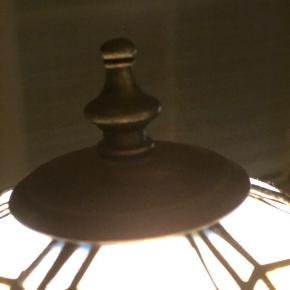 Her sælges den flotteste vintage Tiffany bordlampe. Er 100% i orden. En pryd i sig selv.  Højde 32cm Omkreds på skærm 66cm