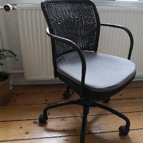 Flot kontorstol i flet, med tilhørende pude. Kan indstilles i højden.