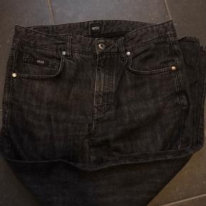 Hugo Boss Jeans W31L32 Brugt ca. 20 gange, men fremstår i rigtig fin stand, uden pletter huller eller lign.   Køber betaler fragt medmindre andet er aftalt. Giver mængderabat.