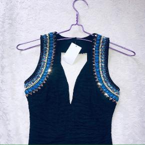 Smuk kjole i tekstur med glitrende perler ✨  Tags: sort 34 Xs x-small xsmall bodycon fest cutout festkjole