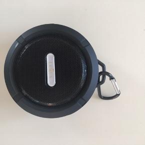Kassen som højtaleren er i har fået en lille flænge fra at have åbnet den. Højtaler fejler ingenting.