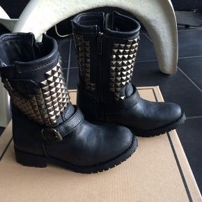 HELT NYE ASH STØVLER.  Sej støvler med nitter og de er super dejlige at have på. De er små i str og er en 27 og svarer til en alm 27.  NP 2100 MP 650,- pp