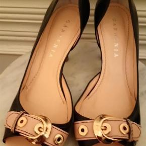 Varetype: højhælet sko med åben tå Farve: sort og beige  Gardenia - højhælet sko i sort og beige