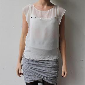 Varetype: T-shirt top hvis chiffon transperant mesh nitter studded Farve: Hvid  Fin top fra Zara. Mærket er desværre klippet ud, men vurderer den til at passe både xs og small :-)  Den sælges for 50 + porto :-)