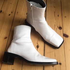 Super fine støvler i god stand. De er desværre for store...