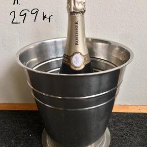 Nr. 71. Pris står på billeder  HxØ: 22,5x22,5 cm. 600 g. 299kr.   Nr. 74 HxØ: 21x21 cm. Med hanke 26 cm. 556 g. 299kr  Pris står på billeder! En flot & praktisk måde at opbevare & holde sine drikkevarer, Champagne, mousserende vin, cava, spiritus, sodavand, øl & vine kolde på en elegant måde.         Perfekt til alle store fester/begivenheder: nytår, fødselsdage, dimission, studenterfest, svendegilde, bryllup, konfirmation, reception, fernisering eller til en romantisk varm sommerdag. Gaven til ham/hende som har alt.         Fra røgfri, børnefri & dyrefri hjem. Flasker følger IKKE med. Flot stand uden fejl/defekter! Se mine andre annoncer:  Flasker op til 15L, champagnesabler, vinglas & Champagnekølere. Kan skaffe andre typer, så spørg om det.