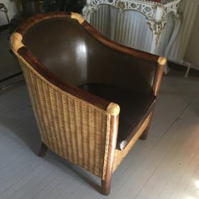 Lænestol. Denne skønne stol i kunstlæder og flet ( perfekt til herreværelset ) står stort set som ny. Nypris kr 1200. Kan evt leveres mod betaling
