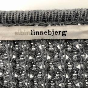 Lækker lang cardigan fra det bedste strikfirma; Sibin Linnebjerg. 50% merinould, 50% akryl.  Made in Europe, designed in Denmark