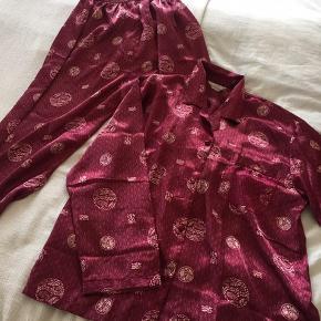 Bordeaux/vinrød Pyjamas i silkelignende stof købt i Kina, brugt få gange, nyrenset