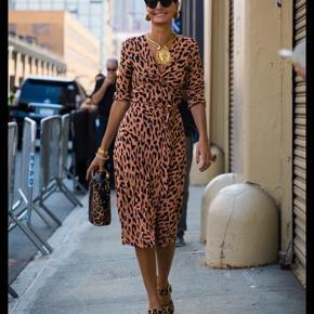 Diane von Furstenberg slå-om kjole i leopard mønster i 100% silke. Brugt et par gange.